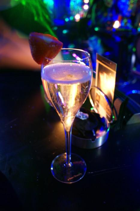один фото бокалов с вином в клубе происходят роды при