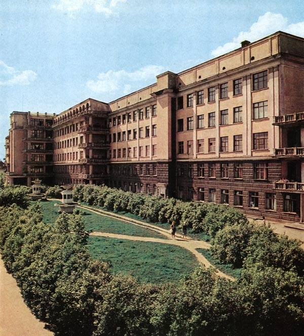 Здание бывшей больницы скорой помощи в Зеленой Роще - наверное, самые знаменитые в Екатеринбурге руины.