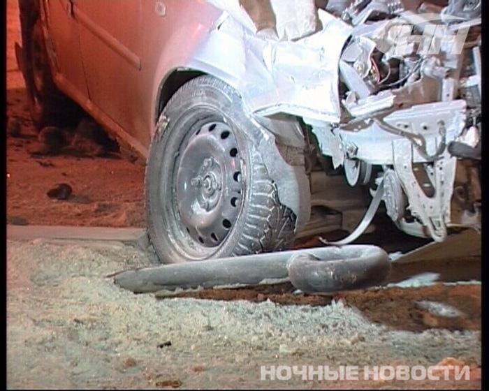 Chevrolet Lacetti и ВАЗ-2112 столкнулись около полуночи 10 декабря на перекрестке улиц Первомайская - Бажова...