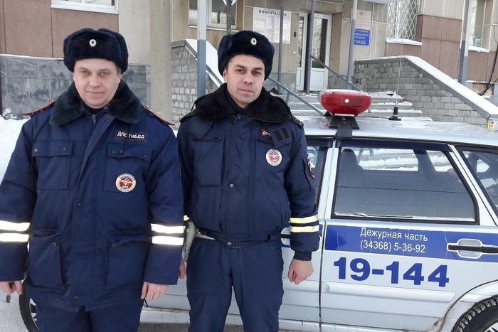 Свердловские инспекторы ГИБДД помогли женщине, которая начала рожать попути вроддом