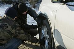 В одном из дворов Екатеринбурга кто-то укладывает на бок автомобили