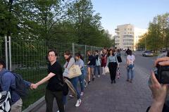 Жители Екатеринбурга устроили массовую прогулку в сквере у драмы