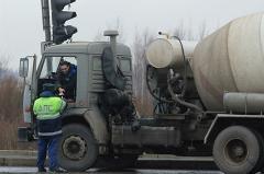 Водитель «Почты России» заявил о нападении на его машину сотрудника ДПС