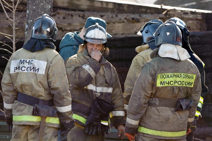 ВЕкатеринбурге полицейские вытянули мужчину изгорящего дома