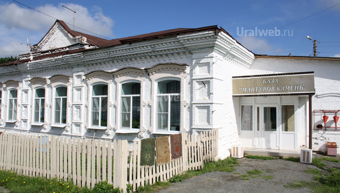Старое здание, в котором расположилась база Мантуров камень