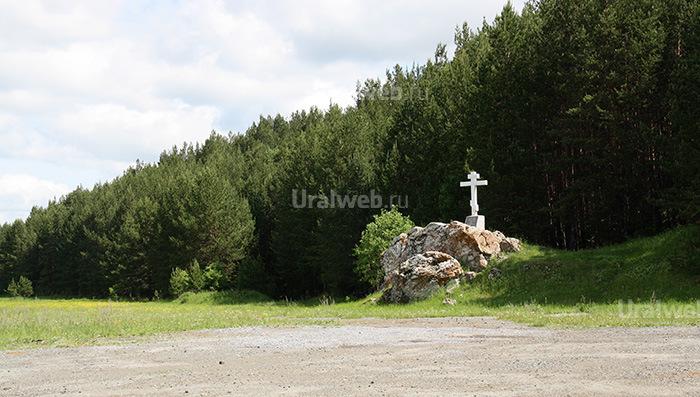 Крест на въезде в село Мироново