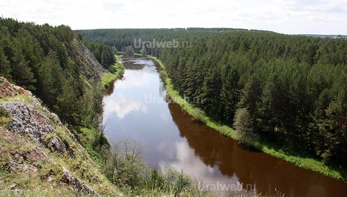 Вид на реку Реж и подвесной мост с вершины Мантурова камня.