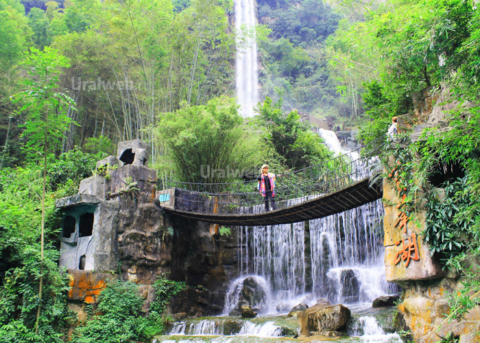 Водопад близ озера Баофэн