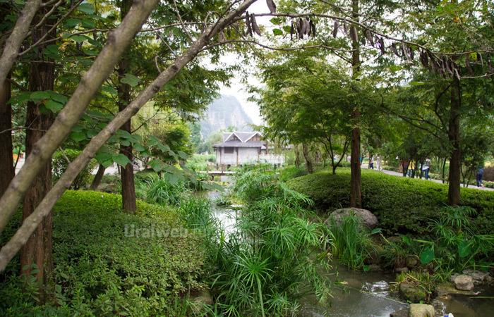 Парк возле входа в пещеру Хуанлун