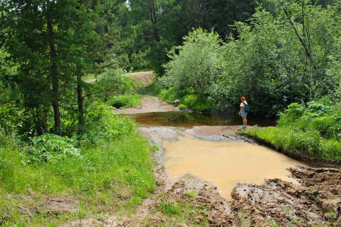 Речка по дороге на Соколиный камень, а рядом огромная грязная лужа