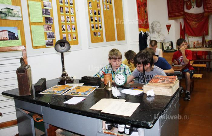 Современные школьники за партами в музее