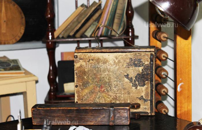 Деревянный пенал и деревянный портфель
