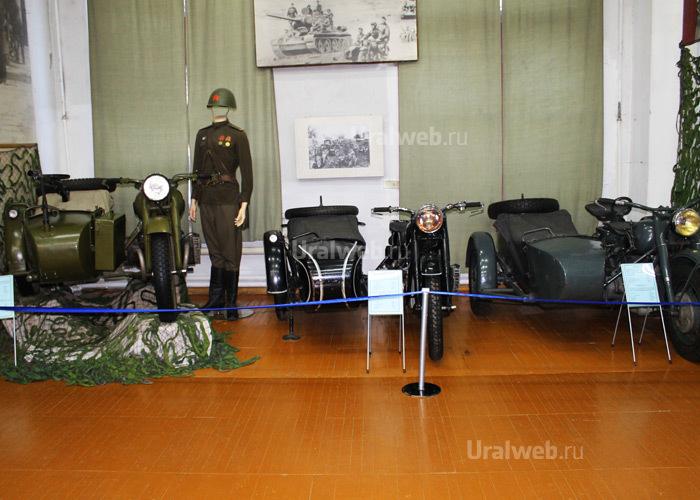 По середине немецкий BMW R-71, справа от него наш М72