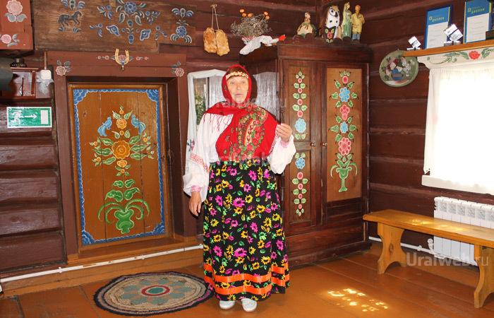 Реутова В.В. в зимней избе в Арамашево