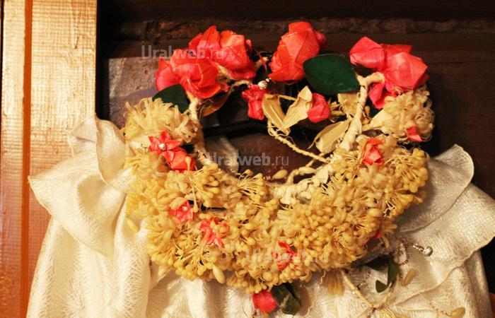 Свадебное платье и венок из избы в Арамашево