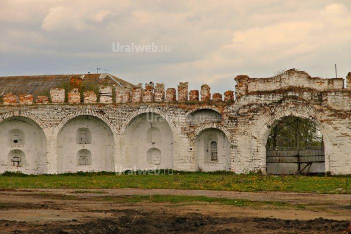 Монастырские стены с остатками зубцов