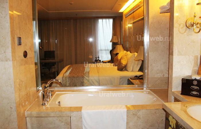 Вид из ванной комнаты через стеклянную стену в Sheraton 5*