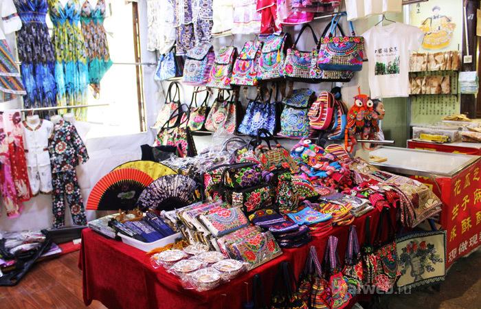 У уличных торговцев текстильные кошельки, сумки, рюкзаки от 5 до 50 юаней