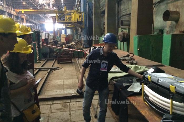 Экскурсовод на заводе Уралхиммаш рассказывает про реквизит