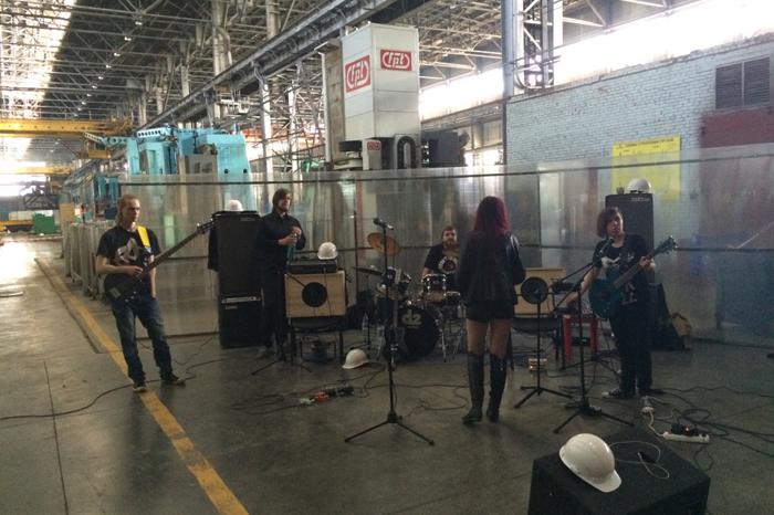Молодая екатеринбургская группа Who Cares About в заводском антураже
