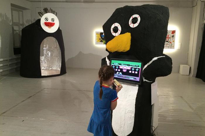 Одна из участниц выставки демонстрирует экспонат