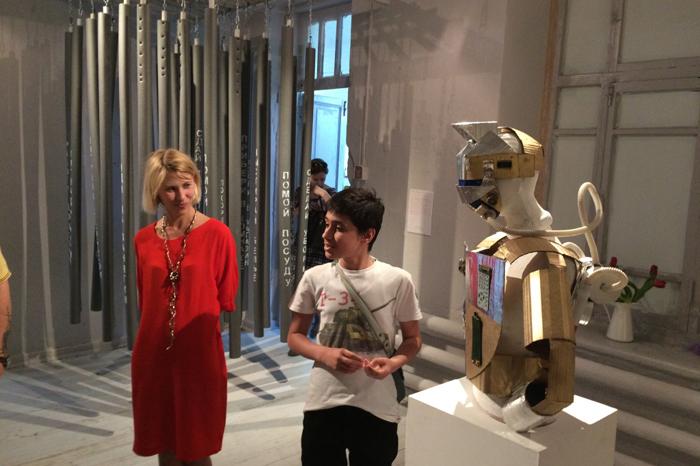 Юный художник-инженер рассказывает о своём защитном костюме