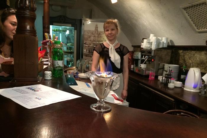 Сотрудница музейной кофейни в образе советской буфетчицы делает фирменное мороженое