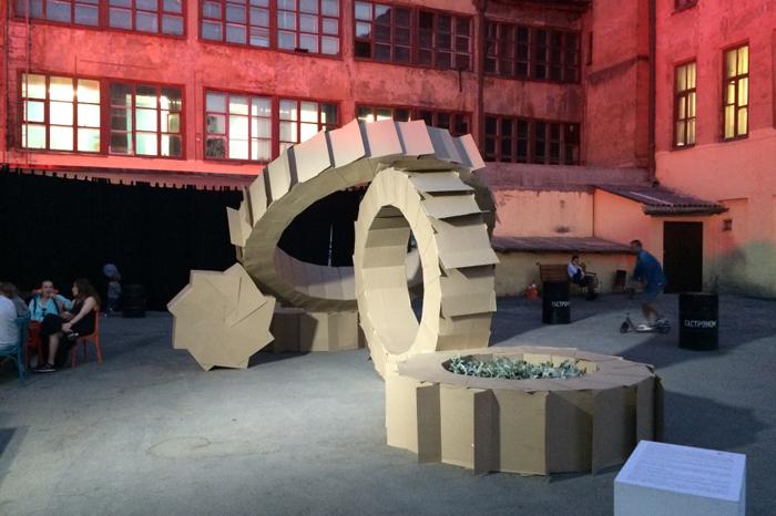 Один из объектов биеннале во дворе Дома печати