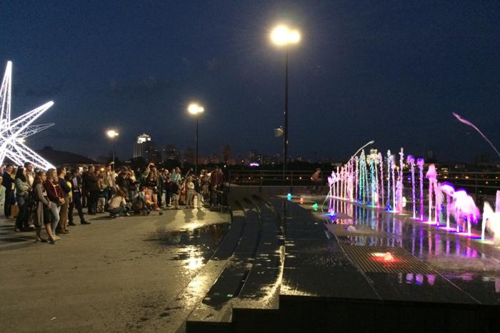 Музыкальный фонтан у входа в Ельцин центр