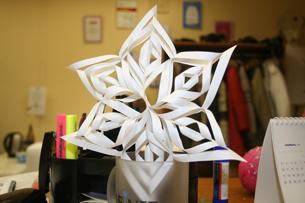Как сделать новогодние игрушки своими руками.Снежинка из бумаги.