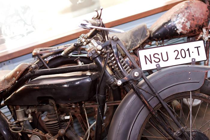 Небольшой топливный бак, подвешенный под рамой - отличительный признак мотоциклов 20-х годов прошлого века