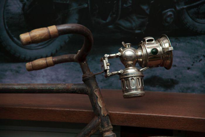Даже осветительная лампа на раме старинного велосипеда - тоже музейный экспонат