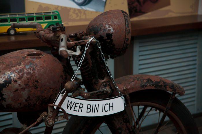 А вот этот мотоцикл спрашивает по-немецки: Кто же я? Идентифицировать марку и модель этого раритета не могут уже очень давно