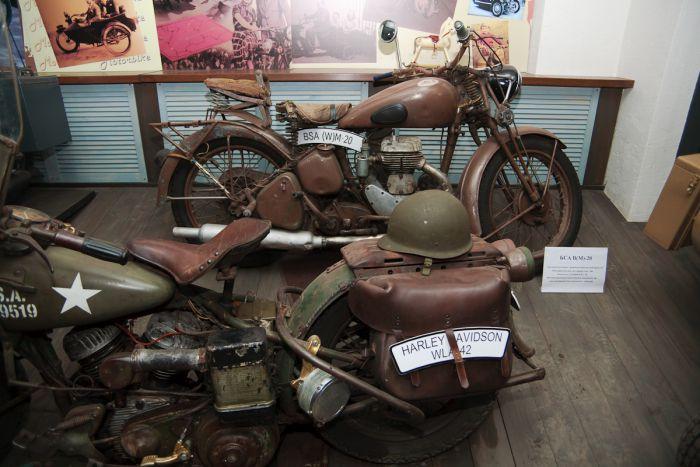 Мотоциклы нередко отправлялись на действительную службу в войска, особенно в военное время. Этот пласт мотоистории в галерее тоже представлен