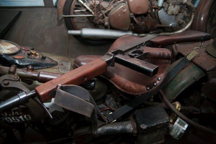 Помешанные на аутентичности коллекционеры даже снабжают военные мотоциклы соответствующим оружием. Это, например, знаменитый автомат Томпсона. Правда, особую известность Томми-ган получил в немного другой модификации - с дисковым магазином и передней рукояткой. Именно такие использовались во время гангстерских войн в США времен сухого закона